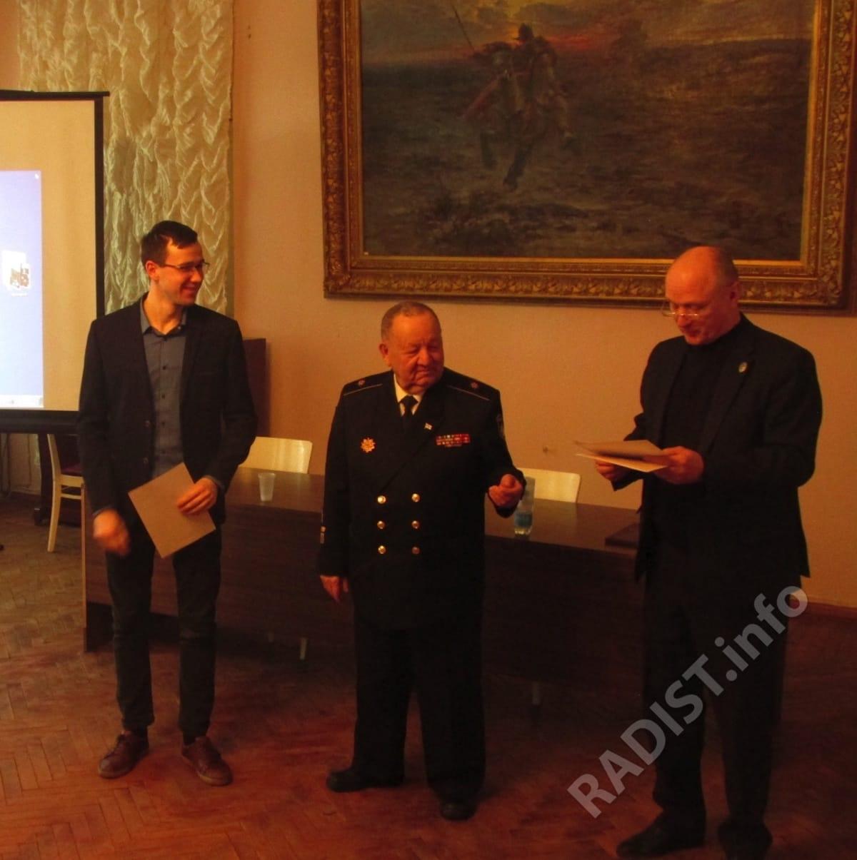 Члены Президиума - А.П. Тарапон и А.В. Спешилов вручают диплом одному из докладчиков научных юбилейных чтений