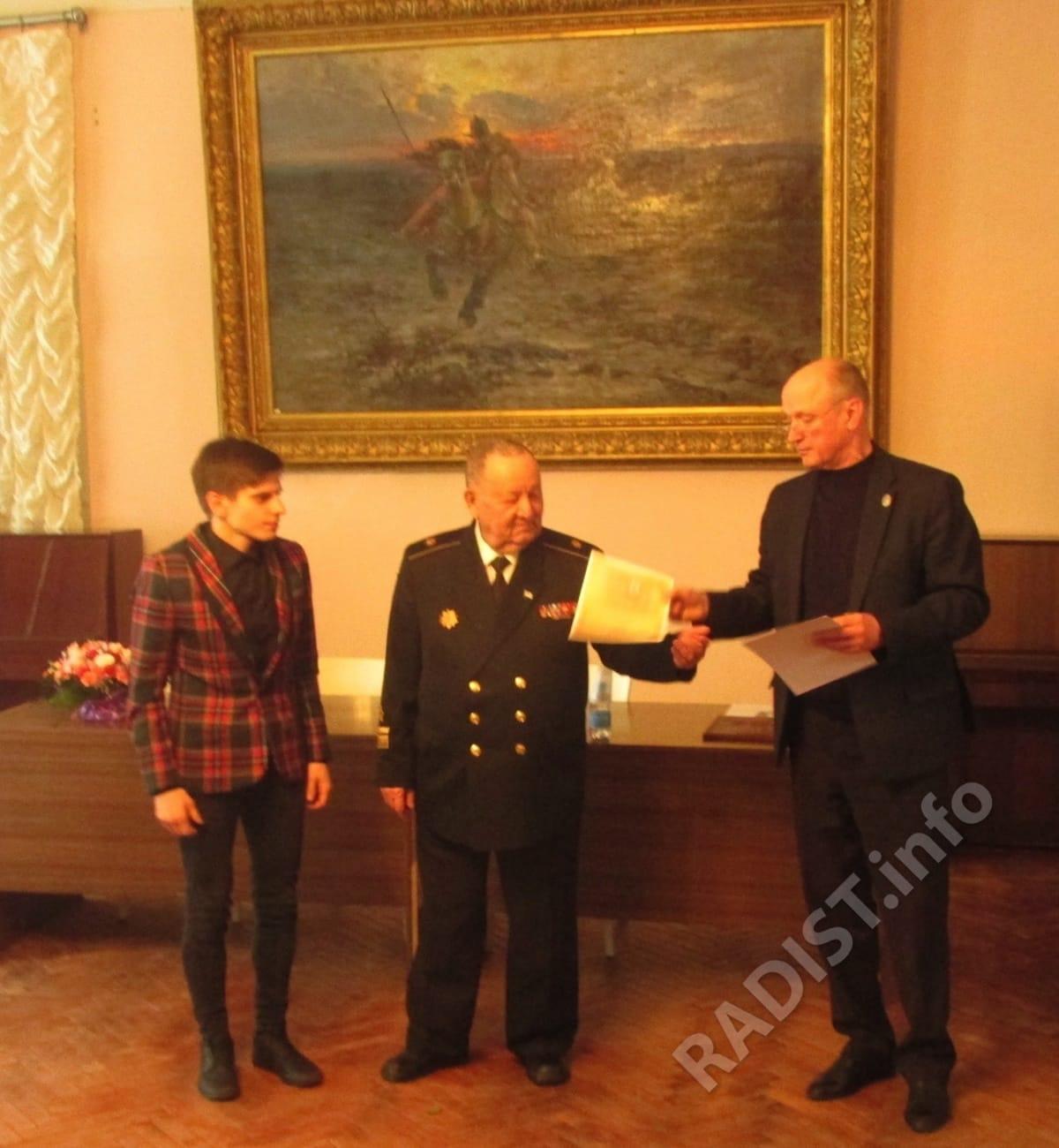 Члены Президиума - А.В. Спешилов и А.П. Тарапон вручают диплом участнику юбилейных научных чтений