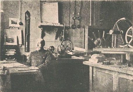 Кабинет точных измерений. Письменный стол А. Попова, на котором была поставлена первая отправительная станция. За столом П.Н. Рыбкин
