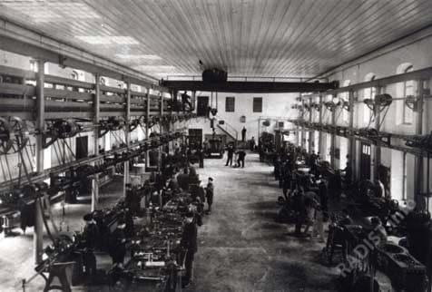 Внутренний вид одного из цехов завода, вырабатывающего радиоаппаратуру, г. Кронштадт до 1914 г.