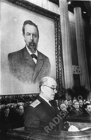 Академик адмирал А.И. Берг выступает с докладом о жизни А.С. Попова