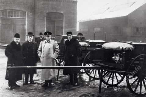 """""""Военный министр г-н Сухомлимов В.А. и сопровождающие его лица осматривают готовую продукцию"""". 1913 г."""