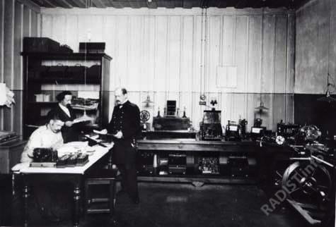"""Кронштадтский электротехнический завод. """"Старшие служащие за изучением анализов в лаборатории"""". г. Кронштадт, до 1914 г."""