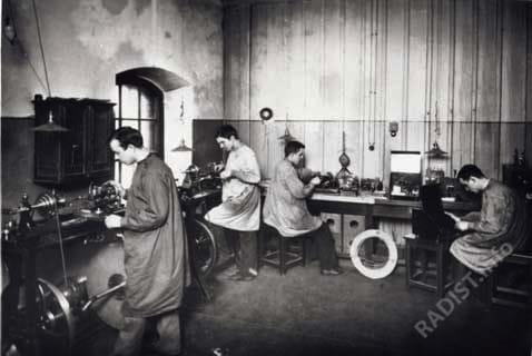 """Кронштадтский электротехнический завод. """"Рабочие за изготовлением деталей и за сборкой радиоаппаратуры"""". г. Кронштадт, до 1914 г."""