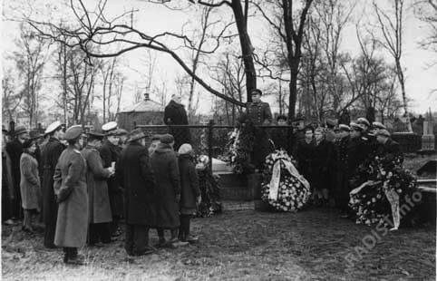 Траурный митинг и возложение венков на могиле А.С. Попова на Волковcком кладбище.