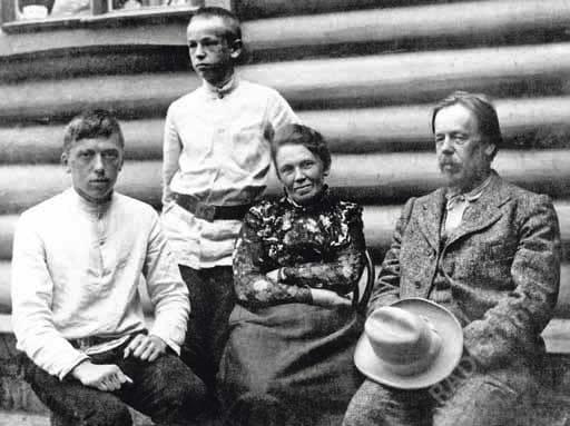 А.С. Попов на даче в Тарховке с женой Раисой Алексеевной и сыновьями Александром (стоит) и Степаном (сидит), 1901 г.