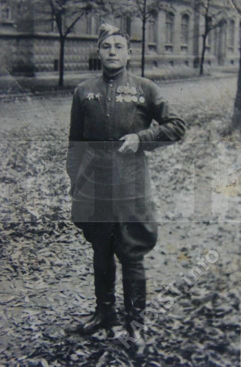 Басыров Хасаньян Низамович, рядовой взвода связи, радист 1339 горно-стрелкового полка 318-й стрелковой дивизии 18 Армии. г. Краков, Польша, 22 октября 1945 г.