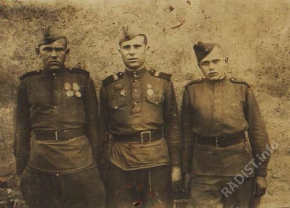 Боевые друзья-связисты. Первый справа А.И. Евтеев, по центру - Волков, рядом с ним - помощник командира связистов. Германия, 1944 г.