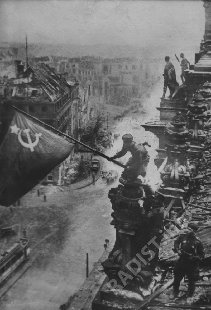Бойцы Красной Армии водрузили Красное Знамя «Победы» над Рейхстагом. Германия, Берлин, 2 мая 1945 г.