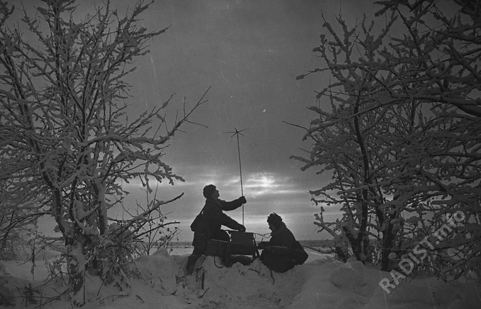 Девушки-радистки Зубарова и Шплякина проверяют радиоаппаратуру, 1942 г.