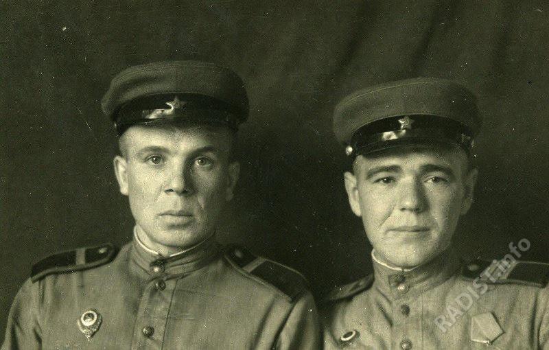Ефрейтор Клецкин (слева) и сержант Федосов, связисты взвода управления 32 отдельного дивизиона бронепоездов, 23.10.1945 г.