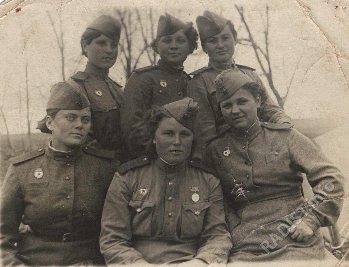 Фетисова Мария Ивановна среди боевых подруг-радисток (Сидит первая справа), 10 мая, 1943 г.