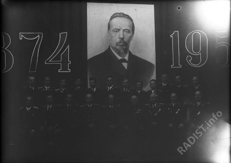 Группа офицеров у портрета А.С. Попова.