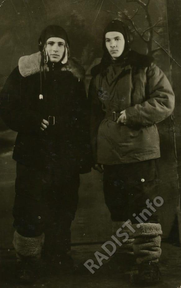 Гуцул Анатолий Милютинович (слева), старший сержант, воздушный стрелок - радист 836 авиаполка дальнего действия с сослуживцем, 1947 г.