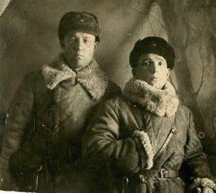 Кочергин Алексей Михайлович, радист-пулемётчик танка «Илья Муромец» 27 отдельного танкового батальона, с товарищем (слева), декабрь 1941 г.
