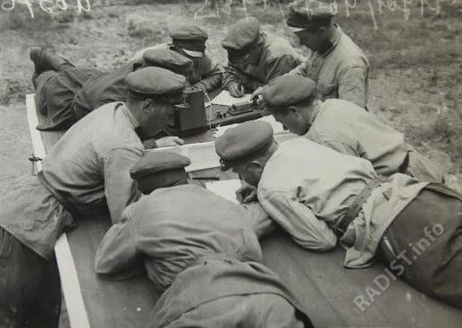 Красноармейцы-связисты на занятиях за изучением азбуки Морзе, 1928 г.