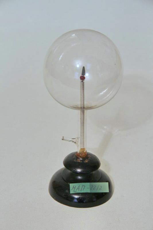 Лампа для демонстрации униполярного свечения, изготовленная А.С. Поповым. Конец XIX в.