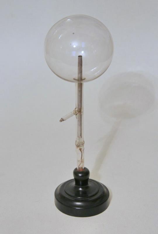 Лампа для демонстрации униполярного свечения, изготовленная А.С. Поповым. Конец XIX в