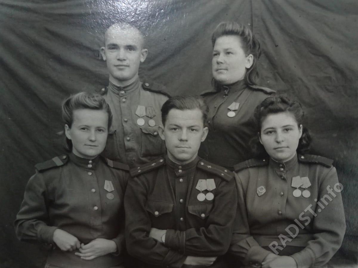Лучшие радисты 66 отдельного полка связи. Сидят - А. Повстян, лейтенант Иванов и Г. Хиленко, стоят радисты телеграфно-телефонного батальона, 1944 г.