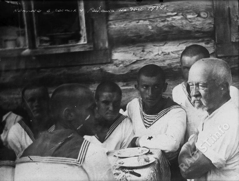 Матросы в гостях у П.Н. Рыбкина на даче. Снимок 1940 г.