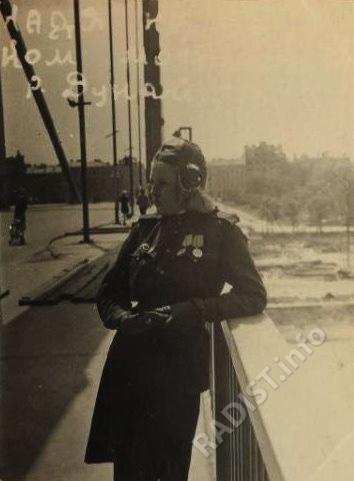 Н.А. Кириллова - радист 10-го гв. Уральского добровольческого танкового корпуса на мосту через Дунай, 05.06.1945 г.