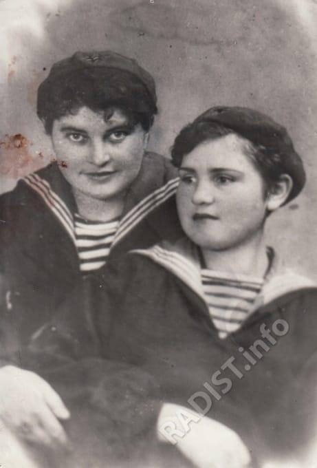 Н.Н. Третьякова (Закопайло), А. Брагина (Горбатенко), радистки школы связи. г. Туапсе, 1942 г.