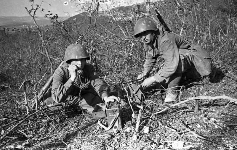 На передовой 2 батальона 381 СП 109 СД ПА. Связисты красноармейцы Головко и Сазуркин поддерживают связь с командным пунктом. Севастополь, 8 июня 1942 г.