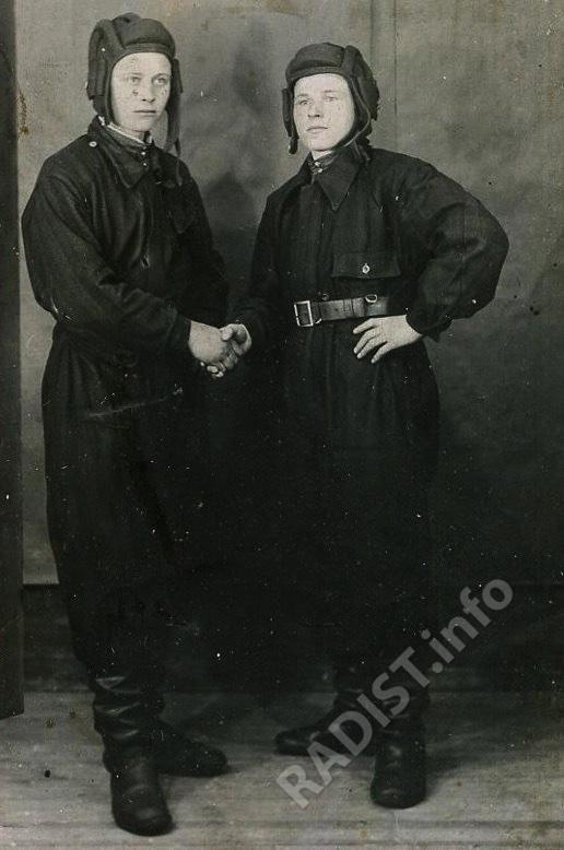 Опарин Владимир Степанович (справа), урож. с. Балахчино, участник Великой Отечественной войны, радист, разведчик, штурмовал Берлин, 1945 г.