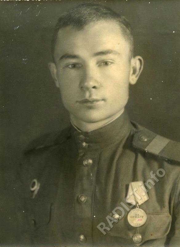П.Ф. Денисов, старший сержант, старший радиотелеграфист РСБ-1, 132 полк связи. Австрия, г. Санкт-Пельтень, 1945 г.