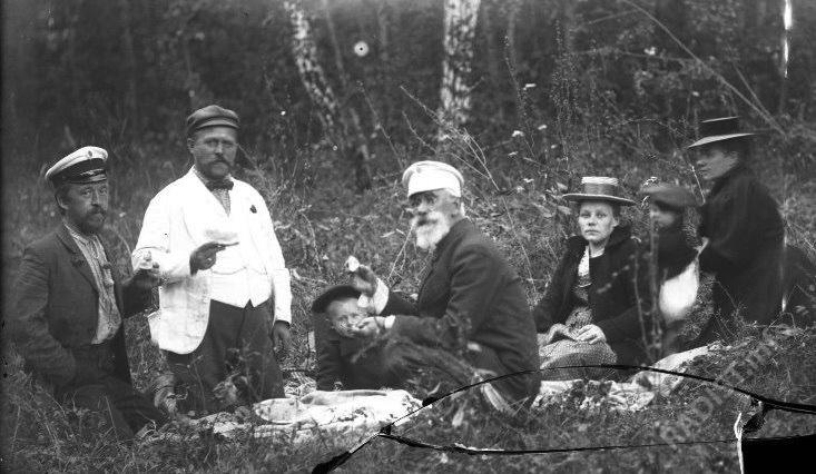 П.Н. Рыбкин (крайний слева) с сыном и женой среди родственников на пикнике