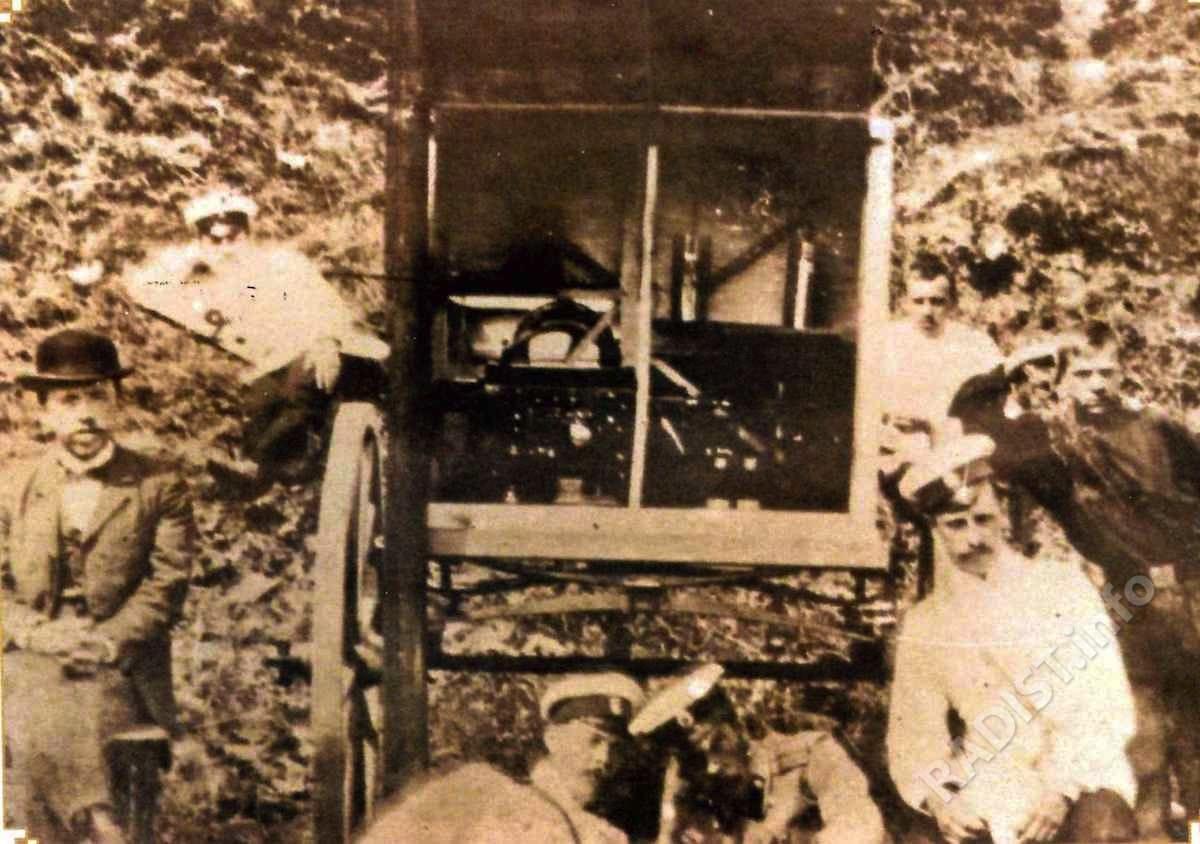 П.Н. Рыбкин (слева) среди участников сборки подвижной радиостанции для 148-ого пехотного Каспийского полка. Кронштадт, 1902 г.