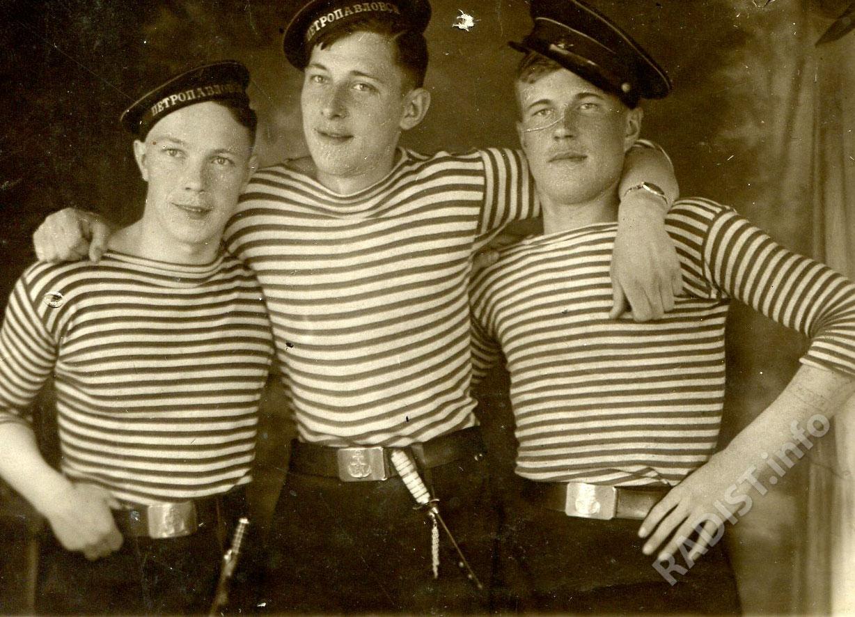 П.П. Костюков, радиотелеграфист отдела связи Балтийского округа (первый слева) с сослуживцами. Ленинградская область, август 1942 г.