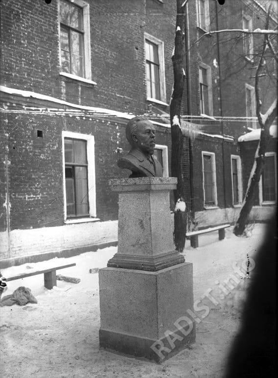 Памятник А.С. Попову во дворе КОС (Краснознаменного Отряда Связи).