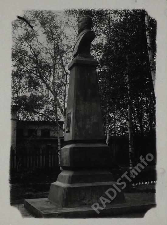 Памятник изобретателю радио А.С. Попову в Кронштадте. Снимок 1945-1955 гг.