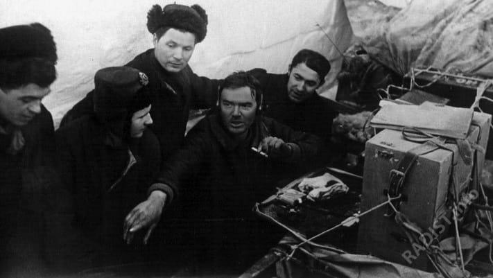 Папанинская эпопея. Э.Т. Кренкель и радисты ледоколов «Таймыр» и «Мурман» перед разборкой радиостанции, 1938 г.