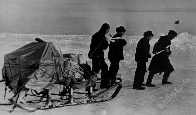 Папанинская эпопея. Радисты ледоколов «Таймыр» и «Мурман» перевозят рацию Э.Т. Кренкеля, 1938 г.