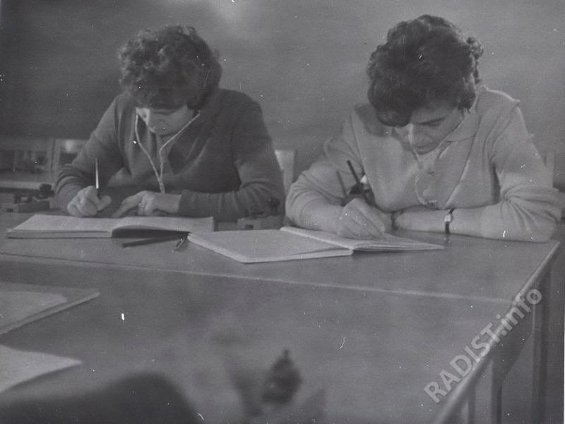 Первый женский отряд космонавтов. Занятия по радиотелеграфной связи. В. Терешкова (слева) и И. Соловьёва, 1962 г.