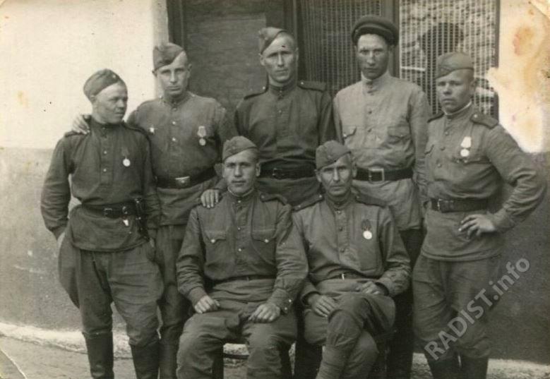 Попов Петр Данилович, младший сержант, старший радист 51-й штабной батареи стрелкового корпуса, с однополчанами, 23 мая 1945 г.