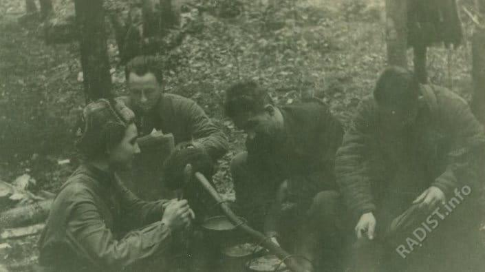 Пятая Ленинградская партизанская бригада. Партизаны радисты у костра за приготовлением пищи, 1943 г.