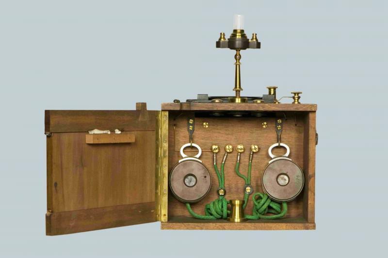 Радиоприемник детекторный, системы Попова-Дюкрете с двумя головными телефонами фирмы Дюкрете 1904 года.