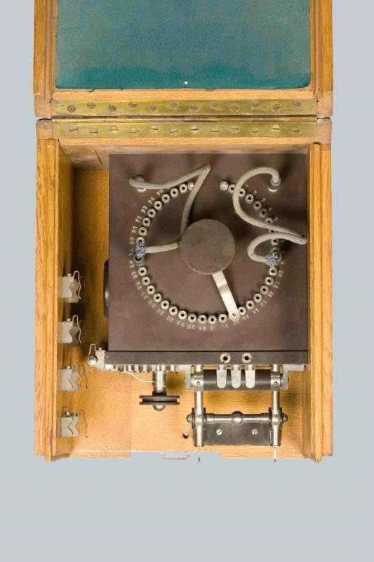 Радиоприемник когерерный, переносный, от полевой радиостанции, в деревянном футляре. 1908-1909 гг.