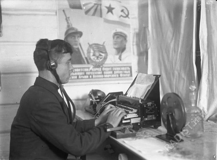 Радист Бахирев Василий Иванович на радиостанции. Тура, декабрь 1939 г.