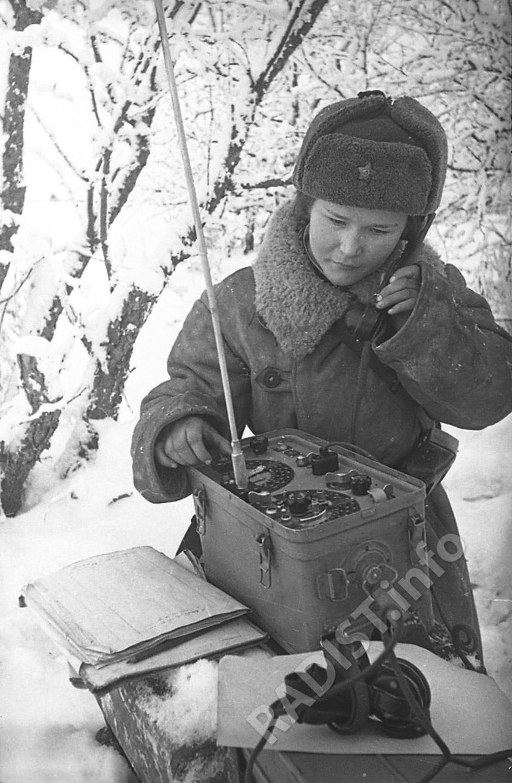 Радистка Катаева принимает боевое донесение, 1941 г.