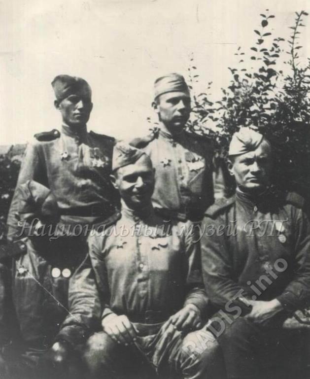 Радисты 2-го дивизиона 280-го артиллерийского полка 146-ой стрелковой дивизии - Рыжков, Щвец, Богуславский, Шибалов в Германии, в деревне Фелиц близ реки Эльбы, июнь 1945 г.