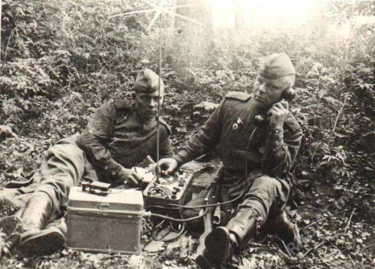 Радисты 272 стр. див. В. Тимшев и А. Артемьев за работой, о-в Рюген, Германия, лето 1945 г.