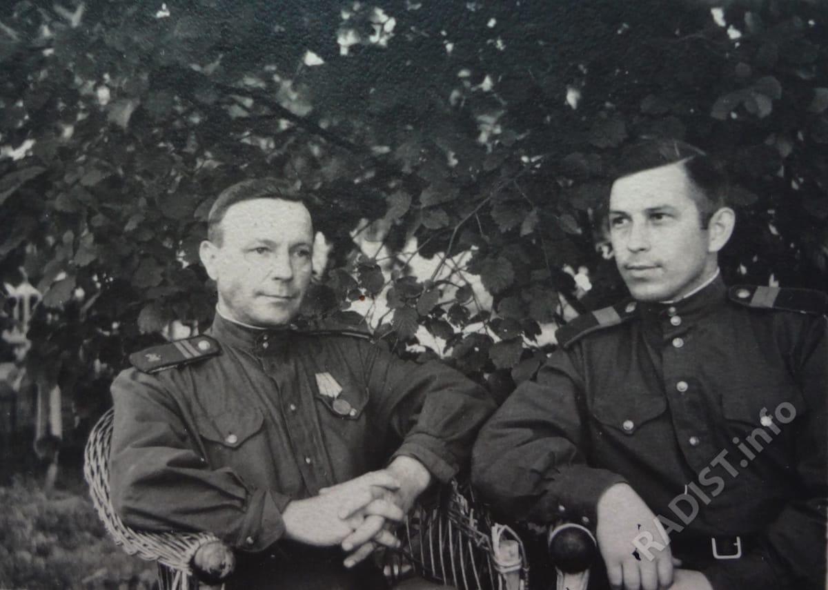 Радисты 394 радиодивизиона И.И. Струков с боевым другом, 1943 г.