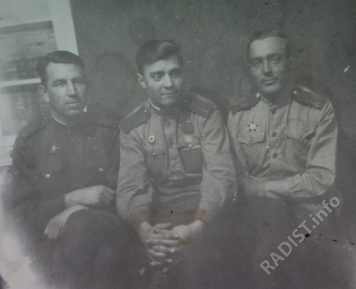 Радисты 394 радиодивизиона особого назначения. Первый слева И.П. Горбунов с двумя однополчанами, 1943 г.
