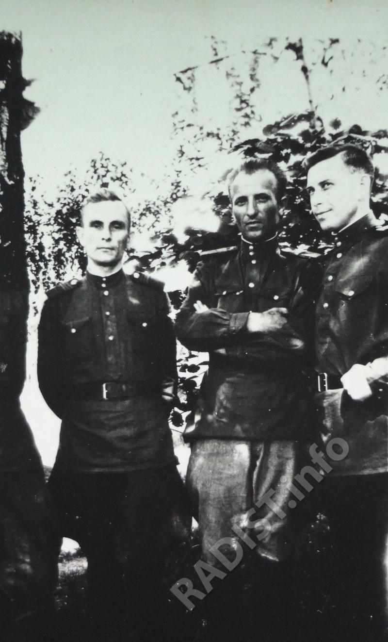 Радисты 394 радиодивизиона. Первый слева - Ф. Можайко, третий - И. Струков. Германия, 1945 г.