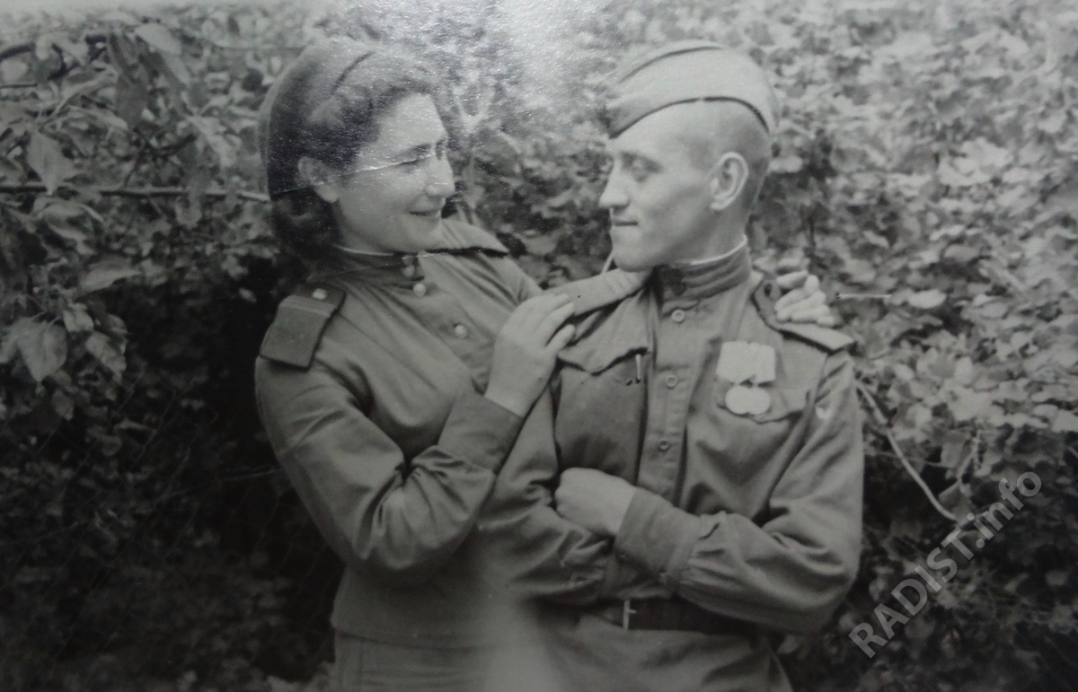 Радисты 66 полка связи, сержант К. Лейбович и ст. сержант Ф. Кузолев. Германия, г. Копениг, июнь 1945 г.