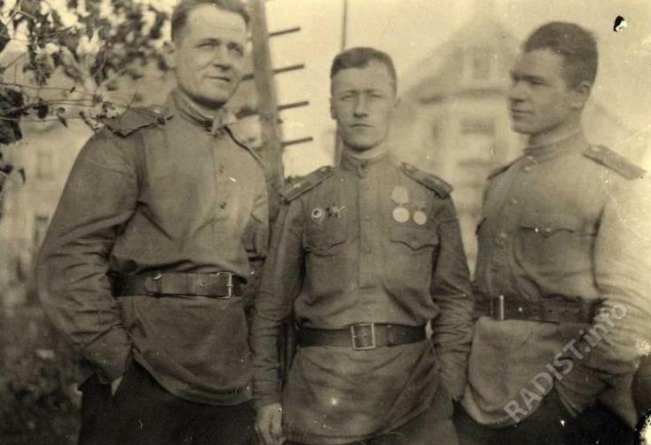 Радисты 77 связи Беломоин Яков Андреевич, Д.С. Скрыж(п)ников, Рагозин Николай. Германия, г. Лейпциг, май 1945 г.